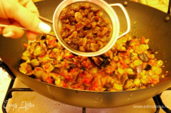 Обжарить пару минут на оливковом масле оливки, сельдерей, каперсы. Добавить полученный томатный соус и баклажаны. Перемешать, потушить пару минут всё вместе. Добавить изюм. Влить уксус и всыпать столовую ложку сахара. Потушить ещё 3 минуты. Подавать блюдо холодным с белым хлебом.