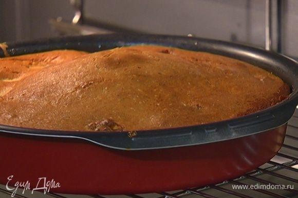 Отправить пирог в разогретую духовку на 45–50 минут.