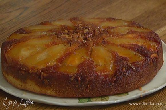Готовый пирог слегка остудить, затем перевернуть дном вверх на тарелку.