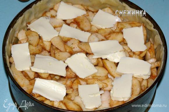 Яблоки отжимаем от сока. Добавляем к ним муку, перемешиваем. Кладем на тесто так, чтобы в центре была небольшая горочка из яблок. Сверху распределяем тонкие пластинки масла.