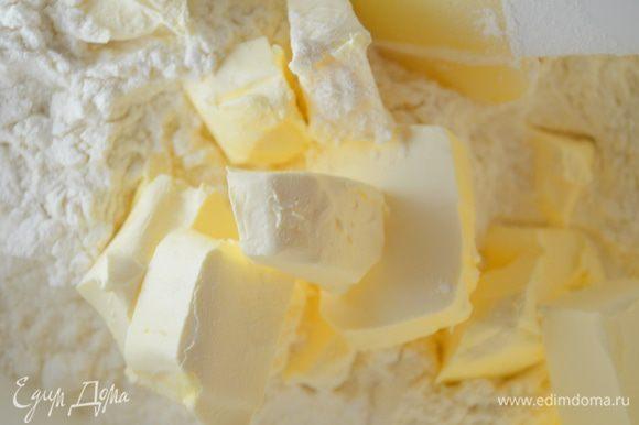 Добавить сливочное масло, порезанное на мелкие кубики.