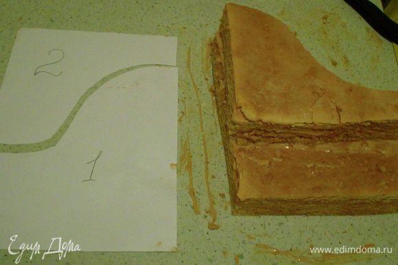 Смазать кремом коржи. Дать пропитаться часа 3-4 минимум. Оформление - это отдельная, длинная история ) Сформировать по форме Рояль... Для этого,прямоугольный корж разрезаем,как показано на фото) и Часть 2 кладём сверху.