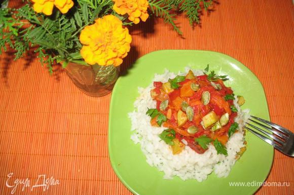 Рис кладем на тарелку горкой, сверху несколько ложек овощной смеси и зелень по вкусу.