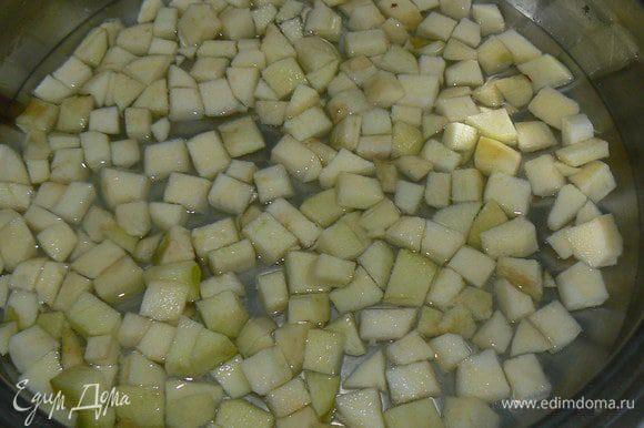 Яблоки моем, очищаем от кожуры и режем некрупными кубиками . Заливаем водой, доводим до кипения
