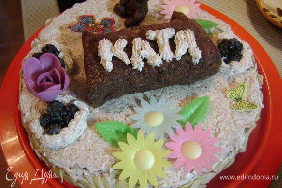 Украсить торт единицей и мишкой, оставшимся кремом, фруктами, вафельными украшениями и т.д.