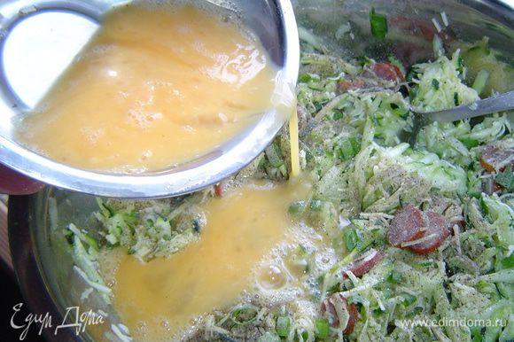 яйца взбиваем немного вилкой и вместе со 150 г сыра добавляем к кабачкам.