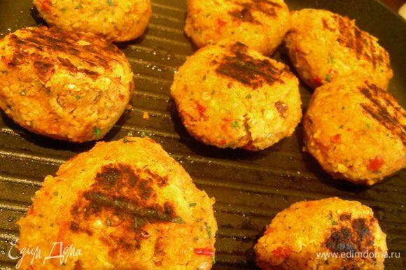 На большой сковороде или сковороде-гриль разогреваем масло и обжариваем наши бургеры на среднем огне по 3-4 минуты с каждой стороны.