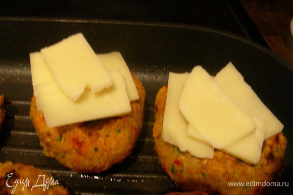За пару минут до окончания выкладываем на них сыр, чтобы расплавился.