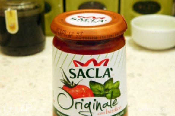 Нагреть в сковороде соус Saclà.