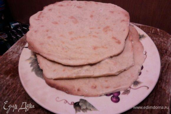 Разделяем тесто на 3 части, раскатываем и выпекаем в духовке, разогретой до 200 градусов, 10-12 мин.