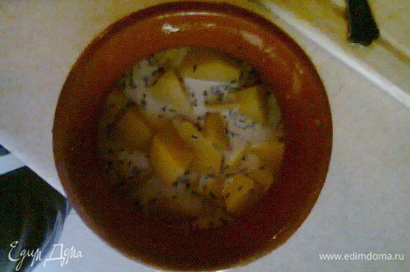 Разложить картофель по горшочкам и залить сливками чтобы сливки чуть чуть (где-то на 0,5 см) не покрывали весь картофель.