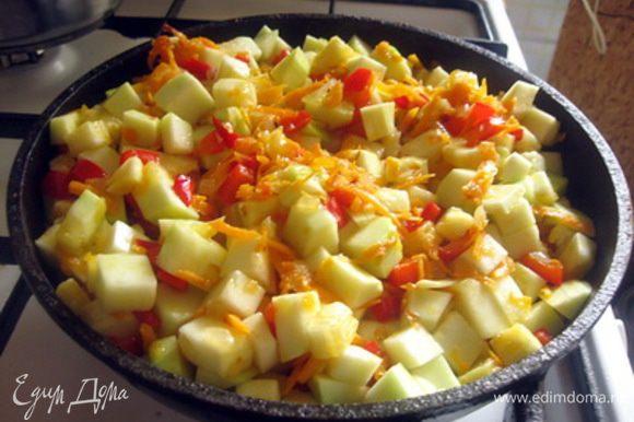 Все перемешать и тушить пока кабачок не станет мягким, периодически помешивая, чтобы овощи не пригорели.