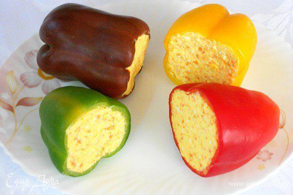 Начинить плотно перцы, предварительно очищенные от семян и перегородок. Поставить в холодильник на 6-8 часов.