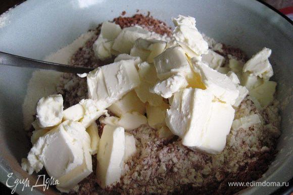 Масло режем кубиками, добавляем к сухим ингредиентам.