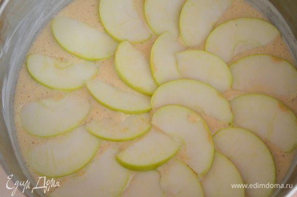 Яблоко помыть, убрать сердцевинку, нарезать на дольки и красиво уложить их на тесто, слегка вдавливая.
