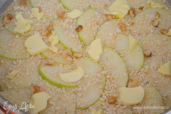 Выложить поверх яблок кусочки сливочного масла. Сверху посыпаем орешками, остатками сахара и корицы.