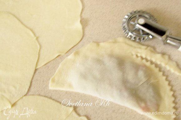 На лепешку выложить фарш, плотно прижать края, обрезать колесиком для теста. Можно с помощью вилки сделать фигурный край.