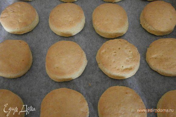 Выпекать печенье в предварительно разогретой духовке 20 минут при температуре 200°C.