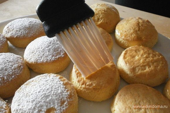 Ещё горячее печенье смазать сахарным сиропом и посыпать сахарной пудрой.