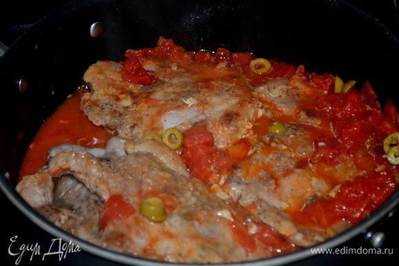 Вернуть свиные отбивные на сковороду,готовить несколько минут.