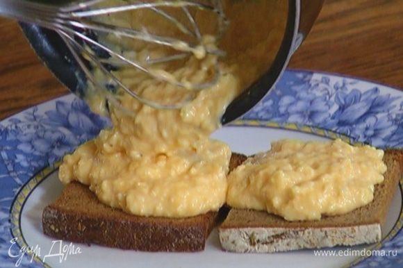 Выложить на хлеб омлет.
