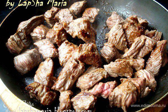 Обжарить мясо на сковороде до румяной корочки и выложить их в миску.