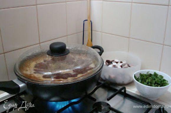 Добавляем 800 мл. бульона,доводим до кипения,добавляем рис и осьминога,варим на медленном огне под закрытой крышкой,иногда помешивая,20-25мин.