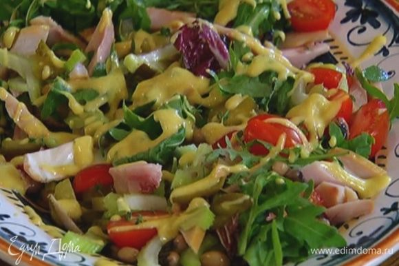 На большую тарелку выложить готовую фасоль, помидоры, индейку, сельдерей, огурцы, салатный микс, все слегка перемешать, посыпать листьями тимьяна и полить заправкой.