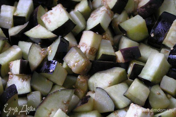 Затем промыть холодной водой, обсушить и обжарить на оливковом масле 3-5 минут, выложить в миску.