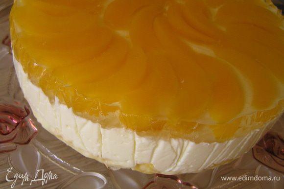 Готовый торт аккуратно вынуть из формы. Можно украсить бока взбитыми сливками. Я не успела, поскольку солнце садится все раньше и раньше ;)