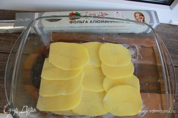 Картофель очистить, нарезать очень тонкими кружочками (здесь идеально подойдет картофелечистка). Смазать керамическую, стеклянную (огнеупорную) форму сливочным маслом, выложить половину картофеля, фарш, вылить половину сливочной заправки. Выложить остальной слой картофеля, сверху полив оставшимся сливочно-сырным соусом.