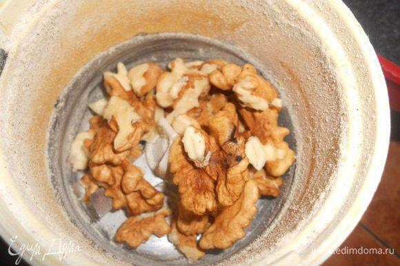 в кофемолке перемолоть порциями орех и сахар,добавить к молоку
