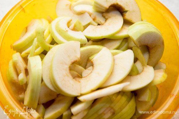 1. Очистить от сердцевин и нарезать на тонкие ломтики яблоки.