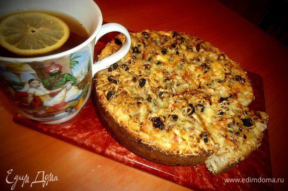 Так как пирог у меня ночной,то подаём его с чаем с лимоном!