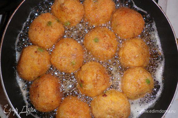Окуните подготовленные шарики во взбитое яйцо, затем обваляйте в сухарях и обжарьте в сильно разогретом растительном масле.