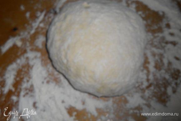 добавляем муку частями и вымешиваем тесто,кладем на присыпанную мукой доску или стол,еще немного пару минут вымешиваем