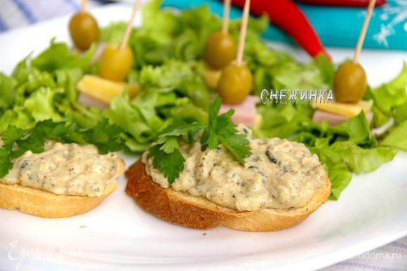 Украшаем петрушкой и подаём на блюде вместе с салатом. Buon appetito!