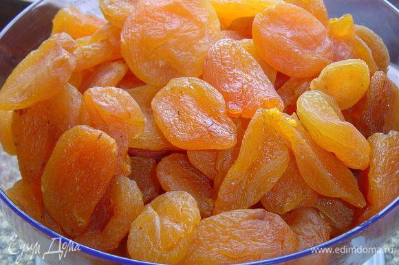 Курагу заливаем горячей водой, даем постоять минут 20, а затем варим на медленном огне до мягкости абрикос.