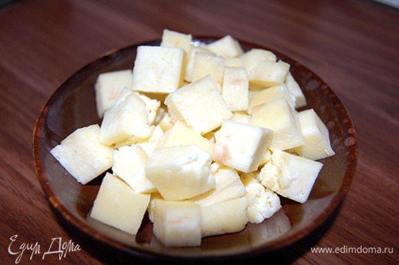 """Если планируете жарить панир - нарежьте плотный сыр кубиками. Можно подать в виде """"свежей"""" закуски - сформируйте из более мягкого панира шарики с добавлением любимых специй и травок :)"""