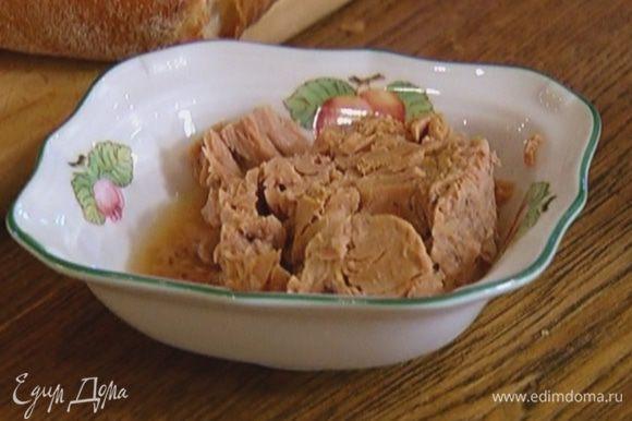 Тунца размять вилкой, добавить рубленое яйцо, оставшуюся горчицу, 1 ст. ложку оливкового масла, поперчить, посолить и все перемешать.