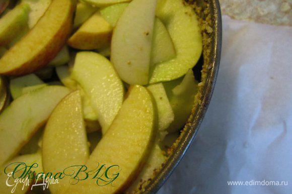 Форму застелить пергаментом, смазать маслом, присыпать сухарями. Выложить яблоки.