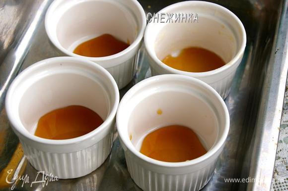 Мёд распределяем между формочками, чтобы он лишь покрыл дно. Если мёд уже засахарился, не беда, растопите его немного в микроволновке или в кастрюльке на огне.