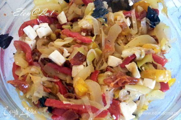 Овощи остудить и добавить нарезанную фету и базилик. Перемешать и отставить.