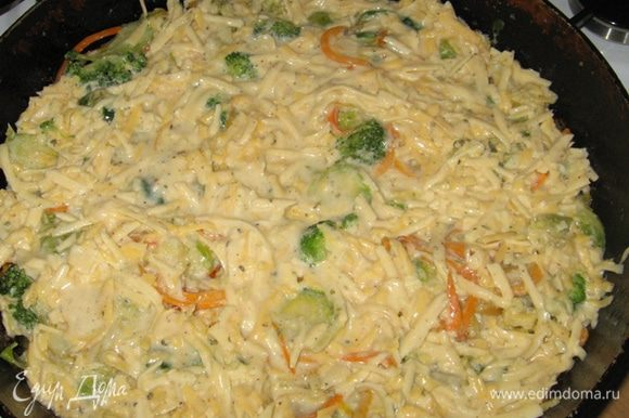 Залить сверху соусом с сыром и поставить в духовку на 25 минут при 200 градусах.