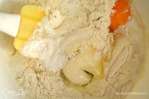 Смешиваем все ингредиенты для бисквита и размешиваем