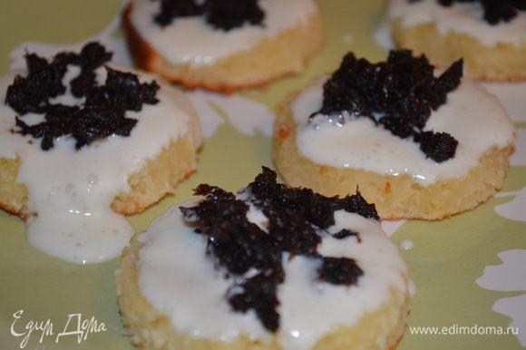 Собираем пирожные: на большом блюде раскладываем 6 кружков, смазываем кремом, на крем кладем чернослив.