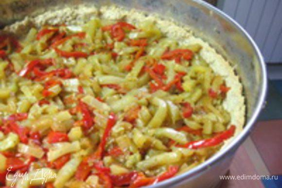 Достать тесто из духовки, равномерно распределить начинку,