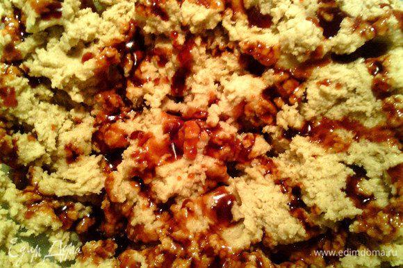 Влить карамель в тесто тонкой струйкой по всей поверхности. Подождать пару минут (пока карамель чуть застынет).