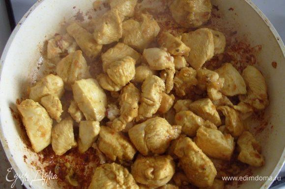 Куриную грудку вымыть, обсушить полотенцем, отделить филе от косточек. Нарезать филе небольшими кусочками и добавить в сковороду и жарить в течение 7-10 мин.