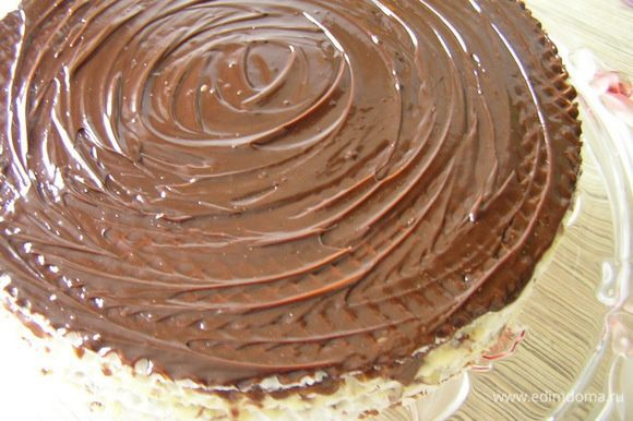 Верхний корж смазать глазурью. Для этого растопить шоколад, добавить сливочное масло, перемешать.